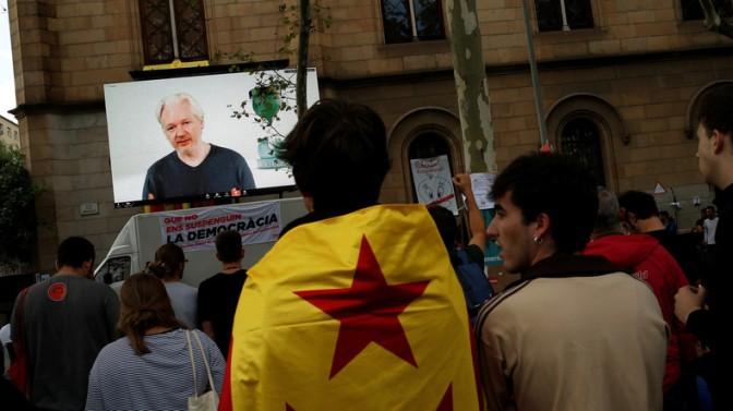 «La première guerre sur internet du monde a commencé en Catalogne», s'alarme Julian Assange